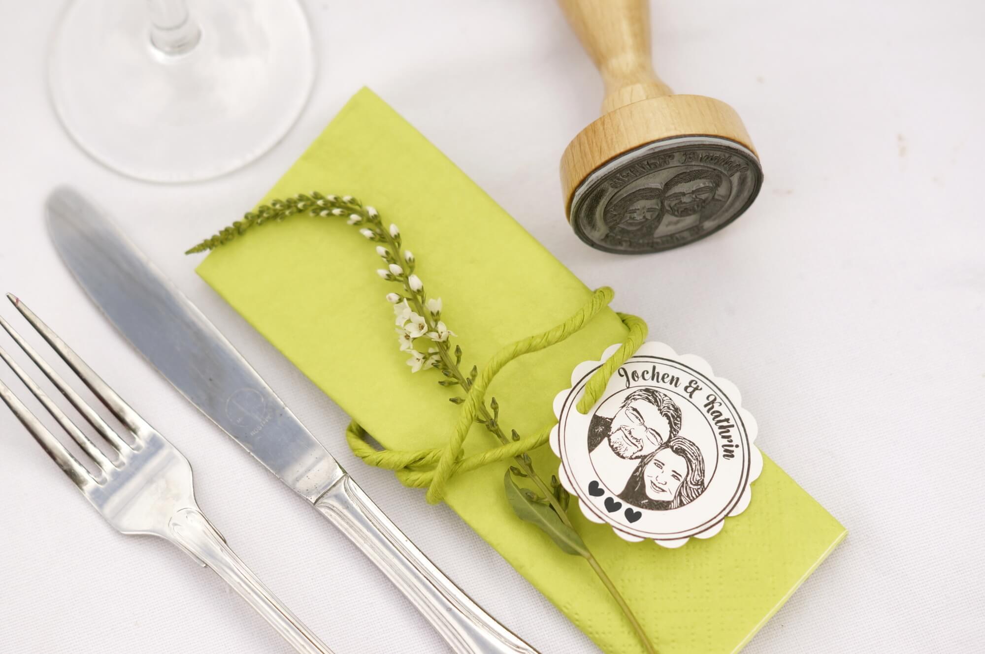 Fotostempel-Fotogruesse-Hochzeit-Tischdeko-Serviette-Besteck-Hochzeitsdeko