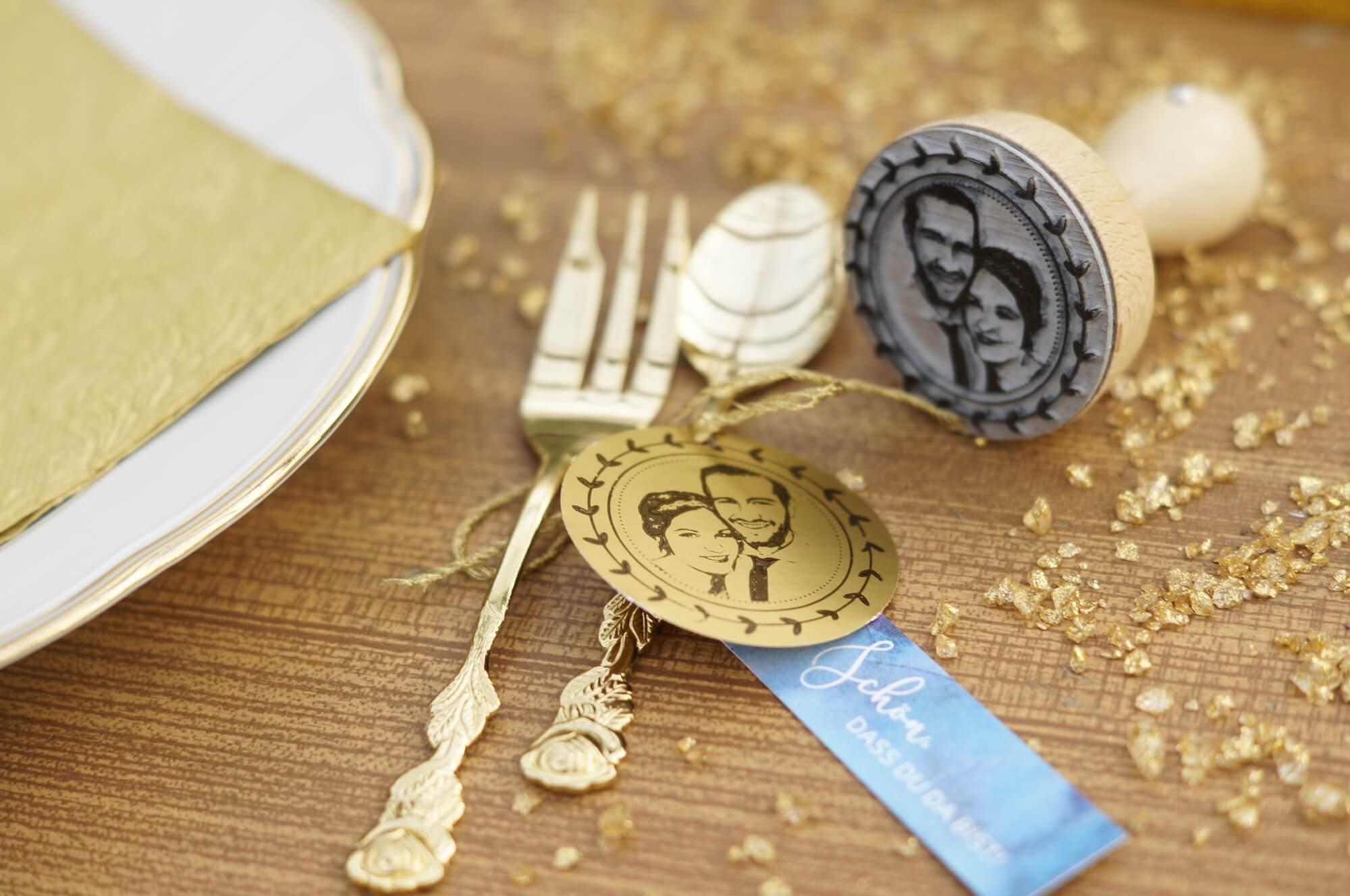04-Fotostempel-Goldpapier-bestempeln-gold-Stempel-Hochzeitsstempel-Fotogruesse-Anh-nger