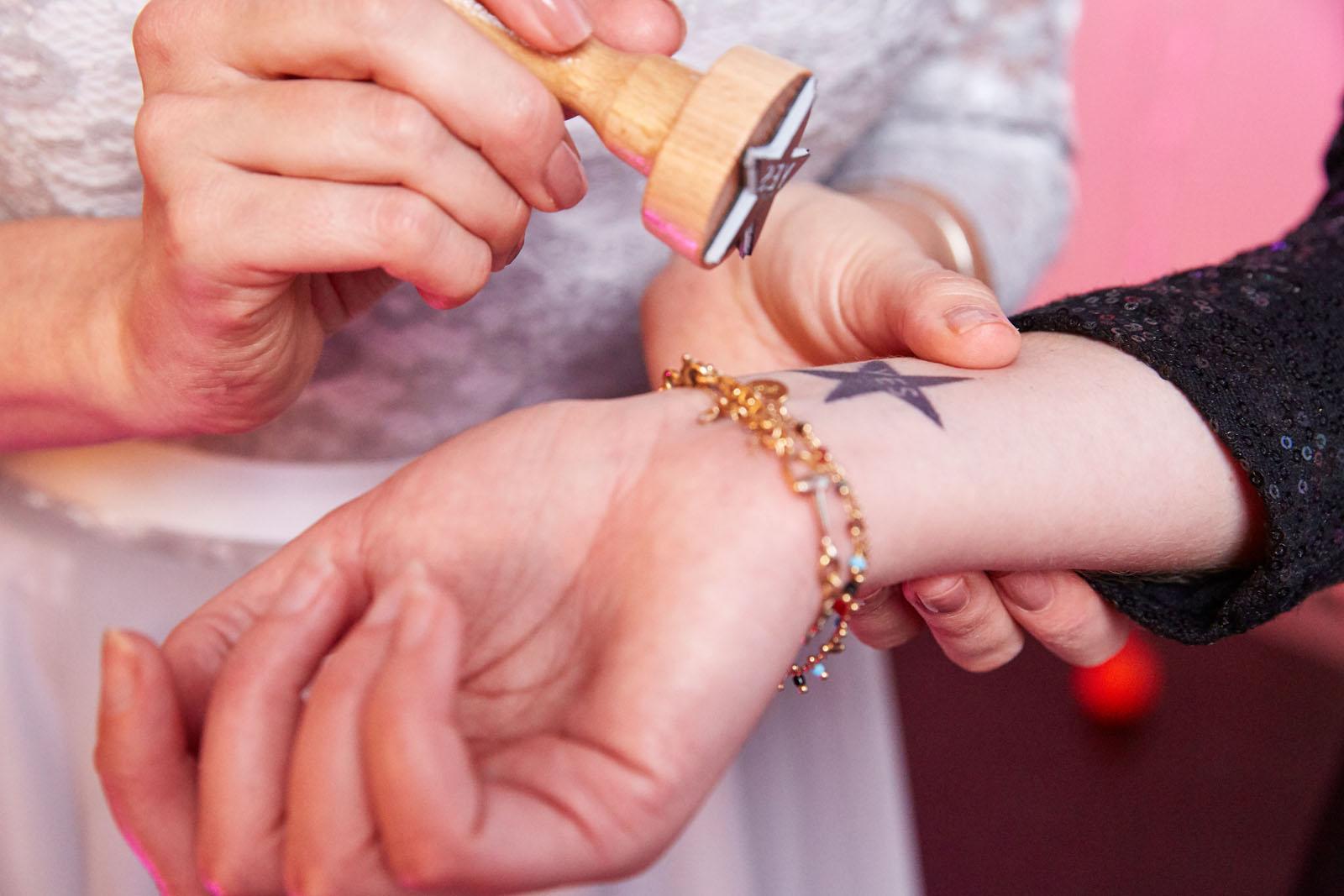 Stempel-Einlass-Hochzeit-Hochzeitslogo-Hochzeitsmoto-Arm-bestempeln
