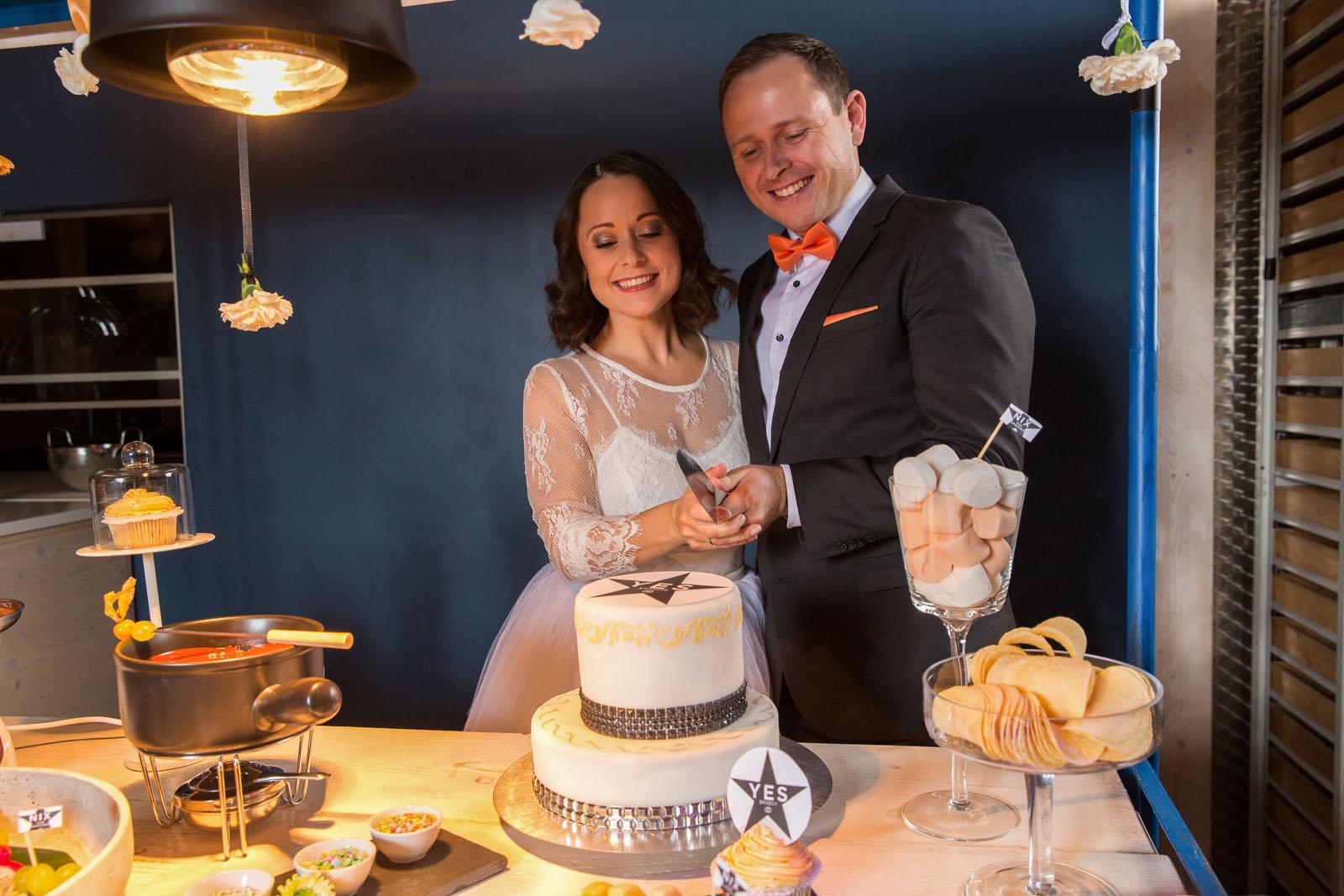Hochzeitslogo-auf-Hochzeitstorte-Brautpaar